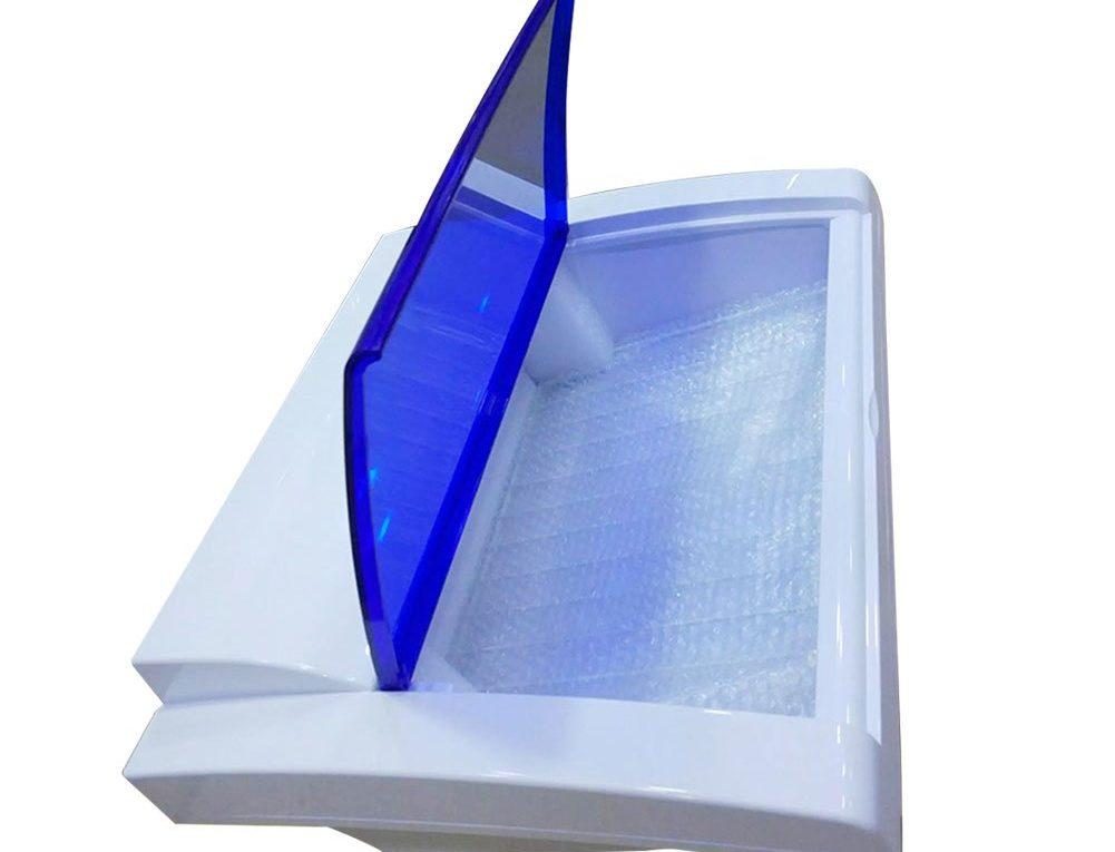 caja para desinfectar herramientas metalicas de color blanco y tapa azul