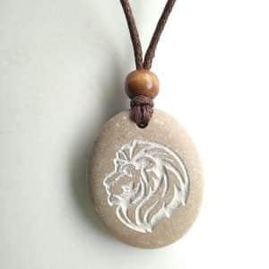 colgante tallado en piedra de cabeza de león